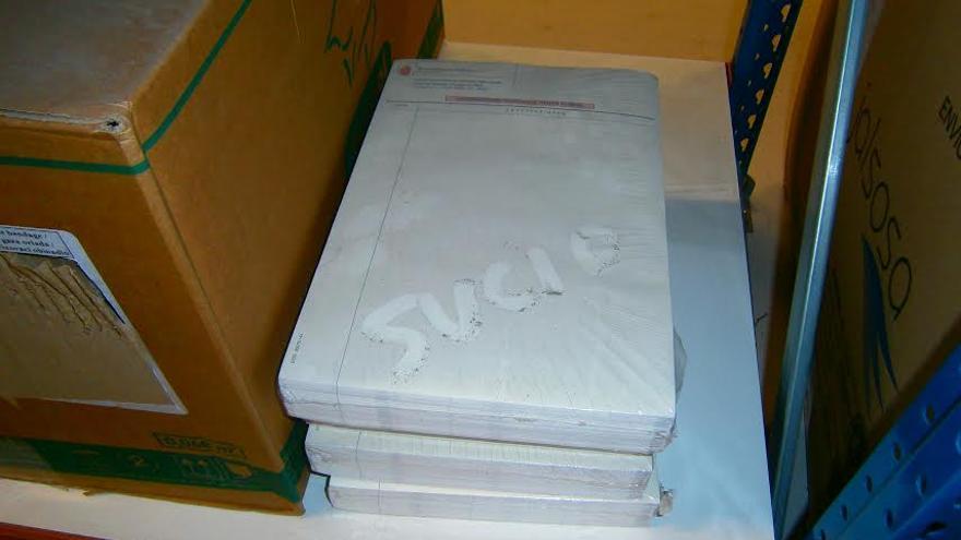 Materiales guardados en el recinto en los que se aprecia el polvo.