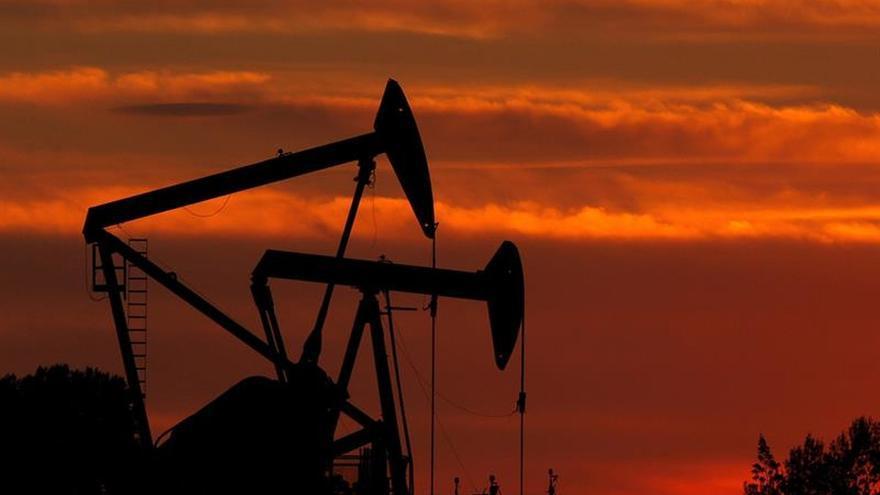 El petróleo de Texas abre con un fuerte descenso del 1,34 % hasta 56,85 dólares