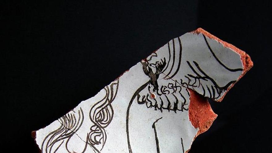 Hallan una cerámica medieval con dos judíos representados, algo excepcional
