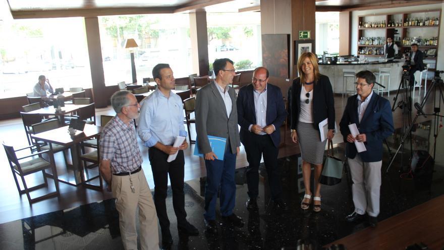 Los miembros de la Comisión de Pactos del PP murciano antes de su reunión con C's / PSS