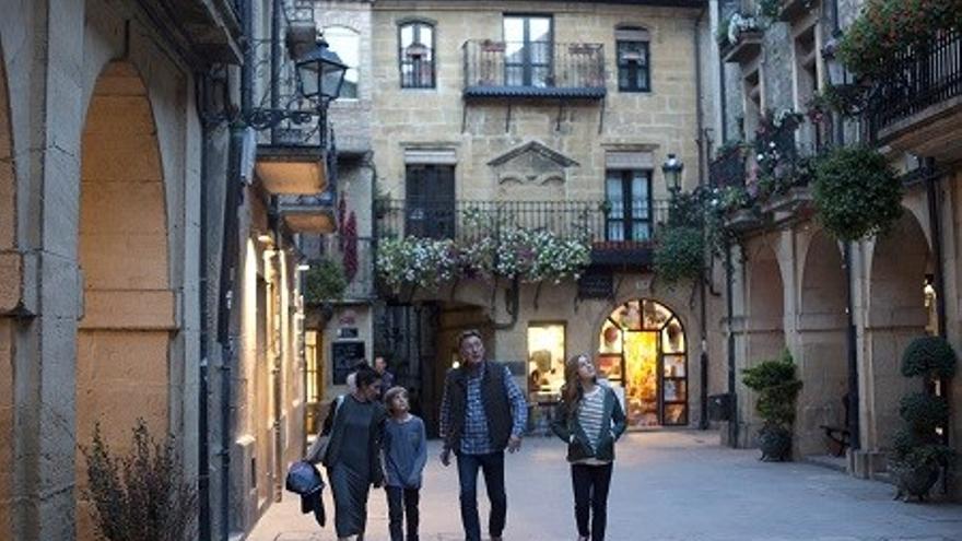 Turistas paseando por las calles de un pueblo de Euskadi