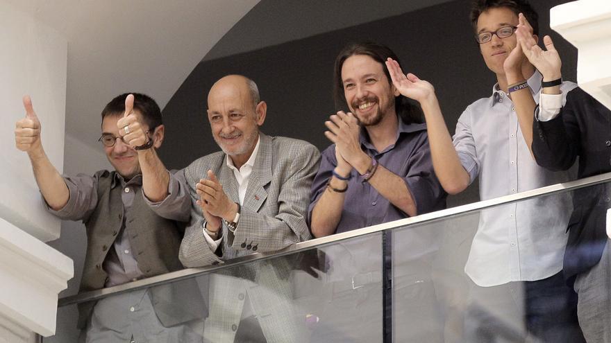 Los líderes de Podemos Pablo Iglesias (2-d), Íñigo Errejón (d) y Juan Carlos Monedero (i) y el secretario general de la formación en la ciudad de Madrid, Jesús Montero, aplauden tras la elección de Manuela Carmena como alcaldesa.