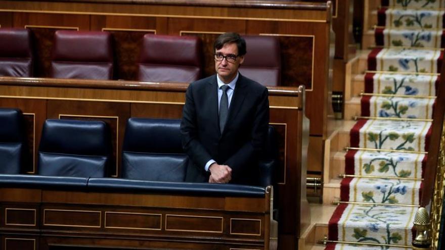 El ministro de Sanidad, Salvador Illa, durante el minuto de silencio en el Congreso.