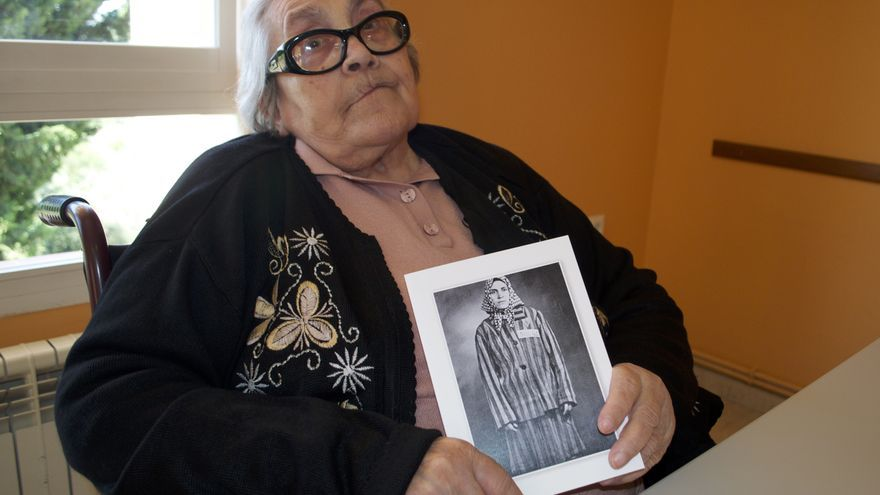 70 años después, Neus posa con su foto