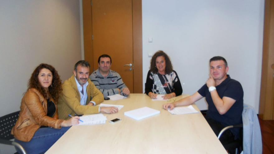 Firma del acuerdo entre socialistas y regionalistas en Comillas.