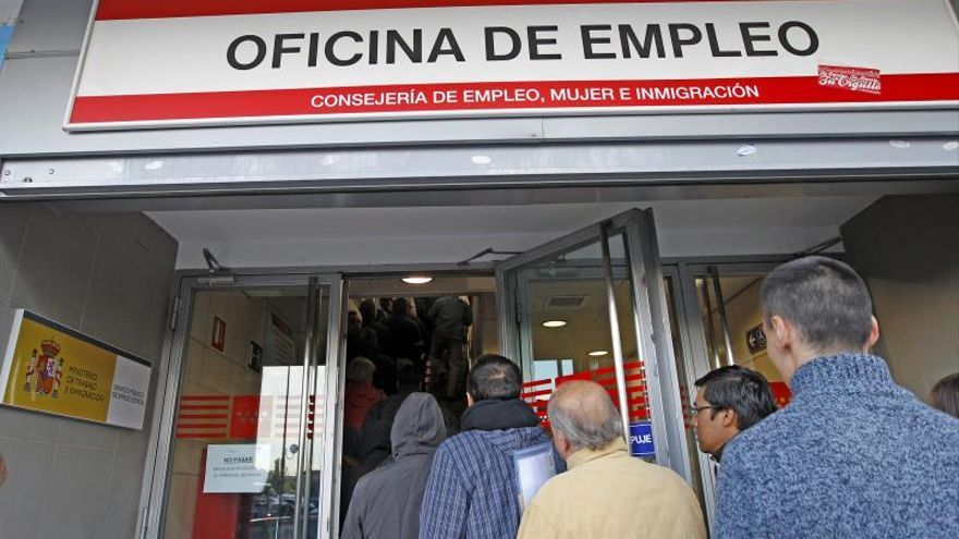 En la imagen, entrada de una oficina de empleo, en un barrio periférico de Madrid.