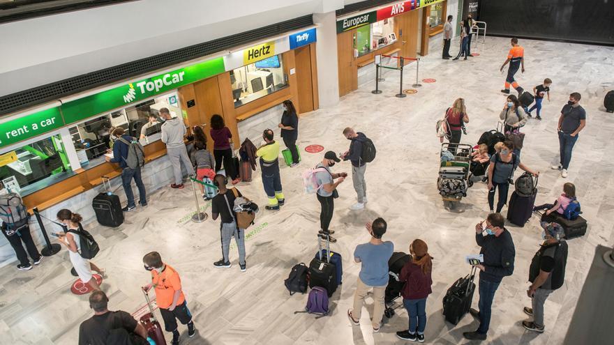 Los ayuntamientos del sur de Tenerife exigen test a los turistas en los aeropuertos