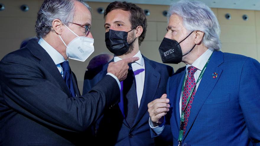 Pablo Casado conversa con el presidente del Círculo de Economía, Javier Faus, y el presidente de Foment del Treball, Josep Sánchez Llibre.
