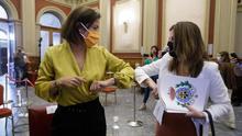 Las concejalas Evelyn Alonso y Matilde Zambudio, momentos antes del pleno en el Ayuntamiento de Santa Cruz de Tenerife