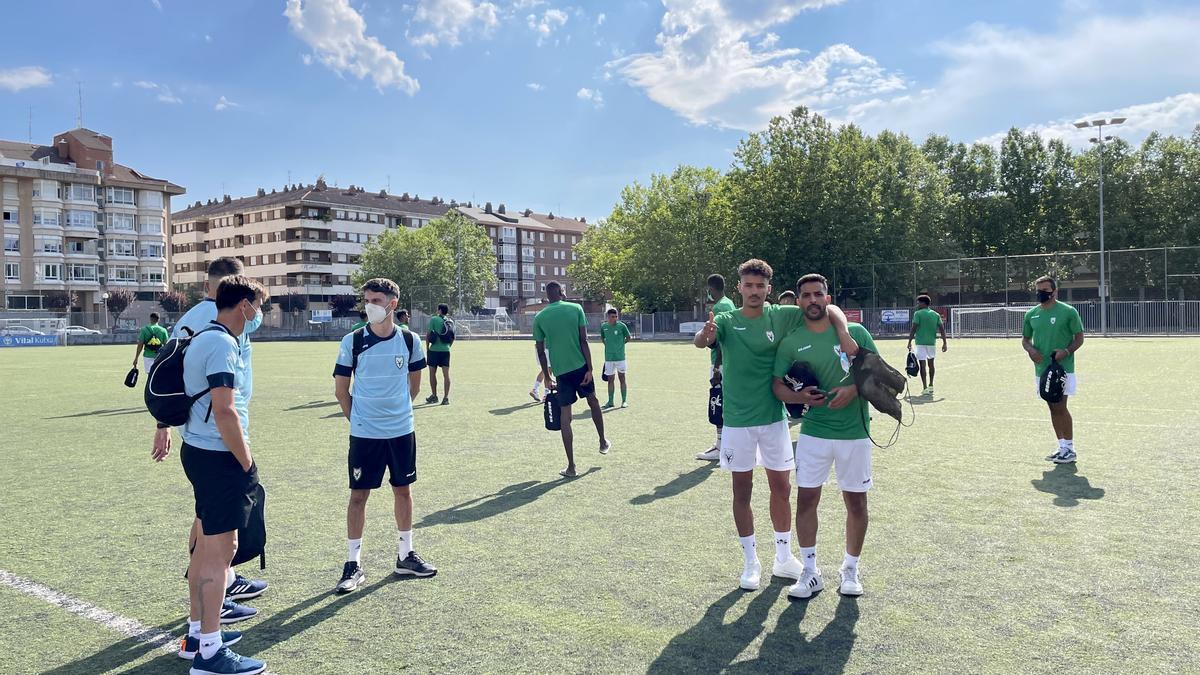 Los jugadores de la Selección de fútbol Saharaui en la Diáspora en el campo de San Martín antes del entrenamiento del viernes