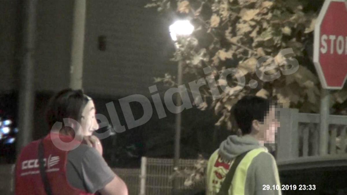 Un sindicalista de CCOO y otra de UGT son fotografiados por los detectives contratados por Amazon a las puertas de su planta en El Prat