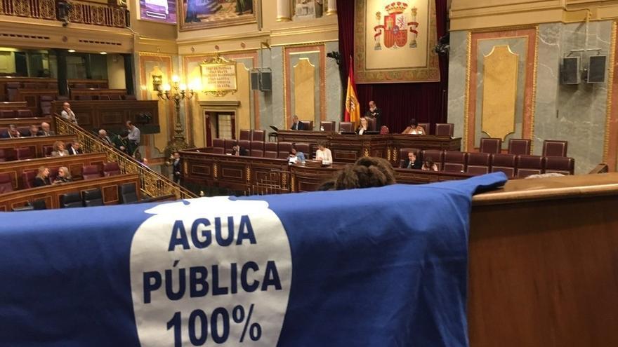 Ana Pastor regaña a los diputados de Unidos Podemos por exhibir camisetas: El Congreso no es un tendedero