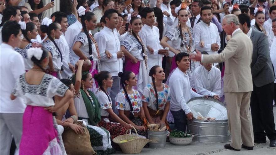 El príncipe de Gales visita la zona arqueológica maya de Edzná en México