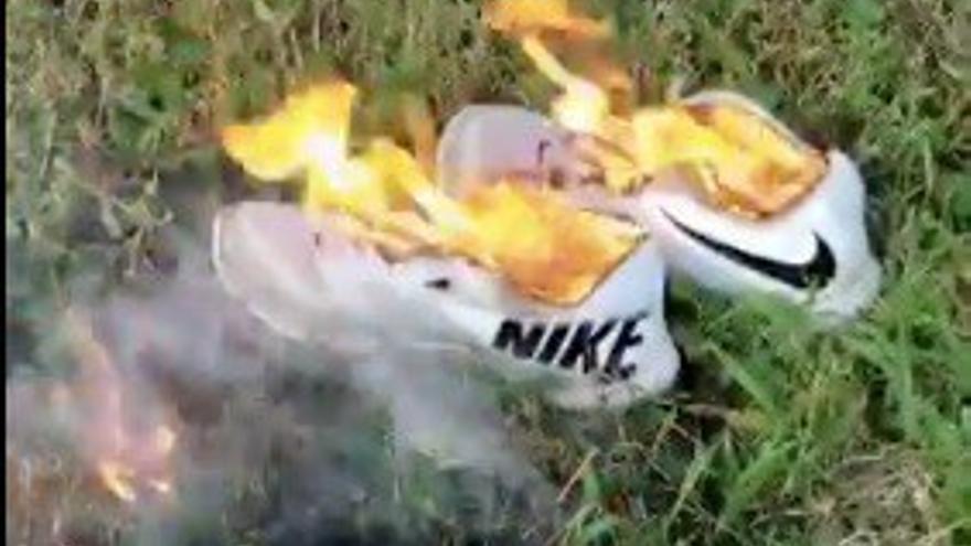 Imagen de unas zapatillas ardiendo