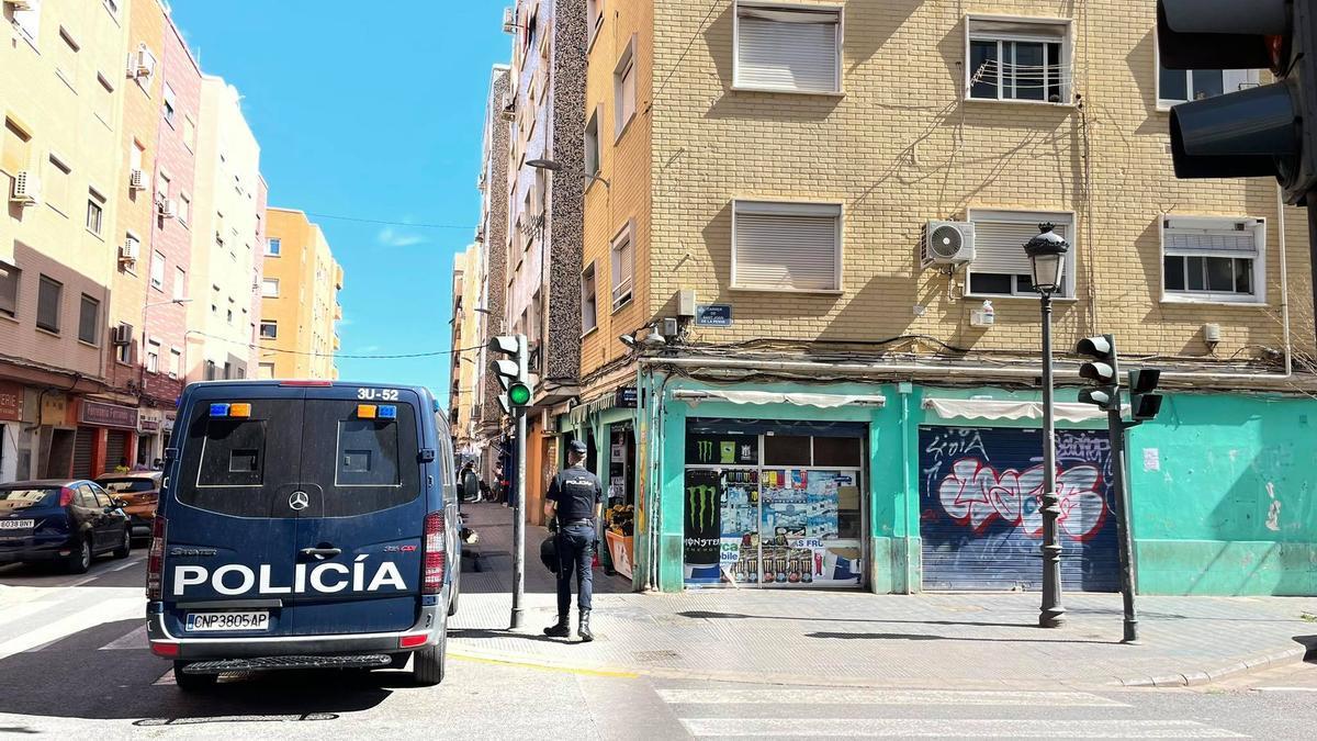 Un agente de la Policía Nacional en el barrio de Orriols.