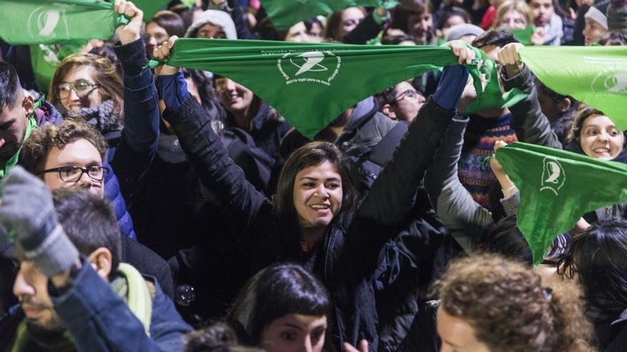 Miles de mujeres pasaron la noche frente al Congreso para seguir el debate sobre la ley de despenalización del aborto en Argentina.