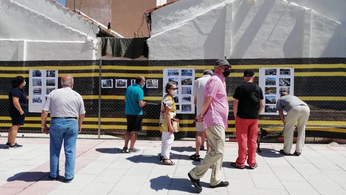 La gente comenta las fotos del Museo Efímero