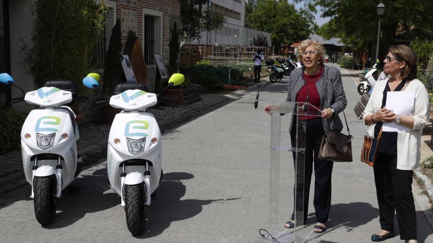 Manuela Carmena e Inés Sabanés, hace poco más de un año, presentando un servicio de alquiler de motos privado.