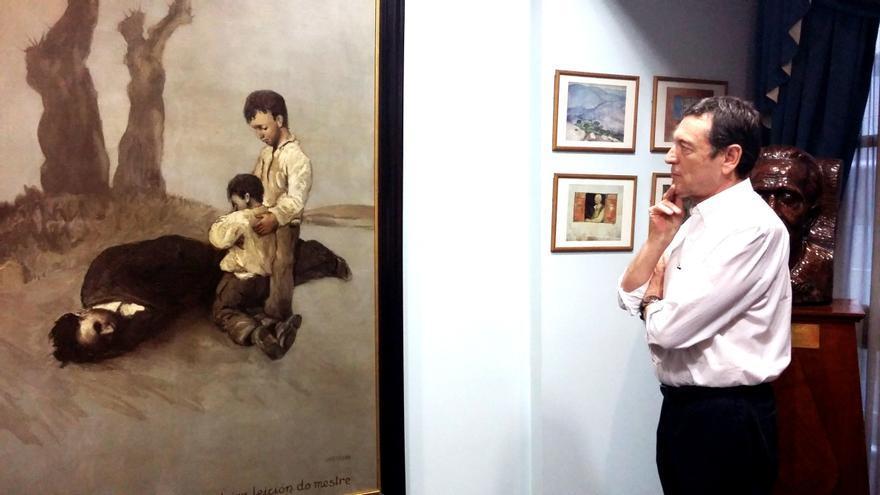José María Vila, ante la obra de Castelao, en el Centro Galicia