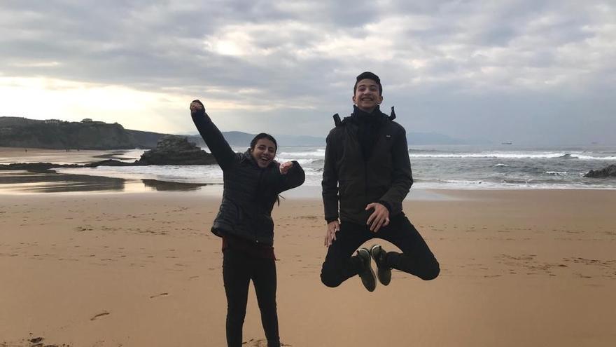 Hanan y Hatem, estudiantes refugiados de Palestina, pudieron ir y ver el mar en su visita a España.