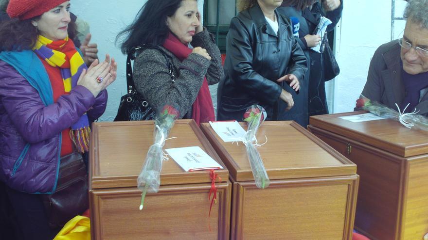 Imagen del funeral, en el cementerio de Guillena (Sevilla), con las cajas que guardan los restos de las 17 rosas