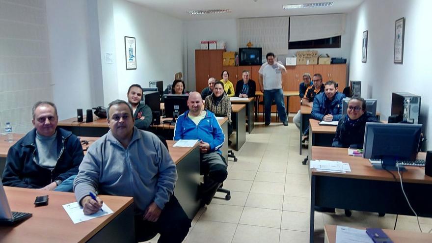 En la imagen, los asistentes al curso.