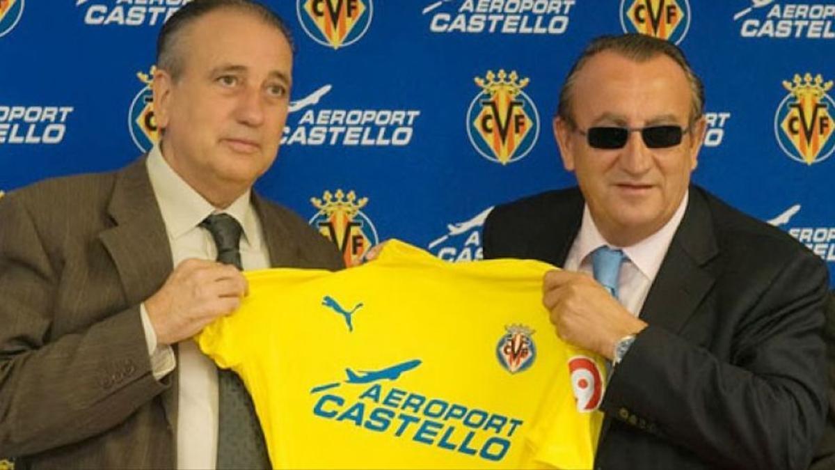 El empresario Fernando Roig presenta con Carlos Fabra la camiseta del Villarreal CF esponsorizada por el Aeropuerto de Castellón.
