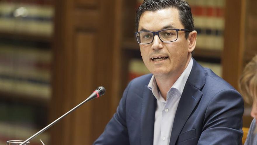 El consejero de de Obras Públicas y Transportes del Gobierno de Canarias, Pablo Rodríguez, en comisión parlamentaria.EFE/Ramón de la Rocha