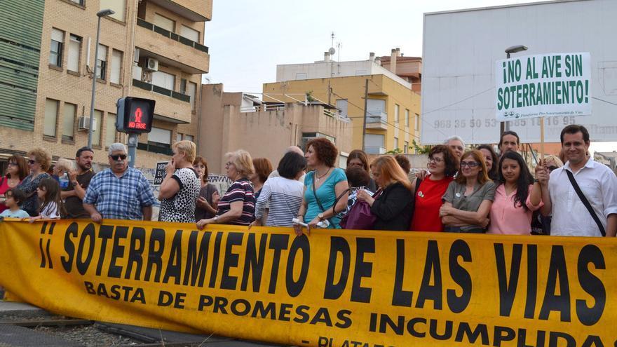 Concentración de los vecinos en las vías del tren a su paso por la ciudad de Murcia