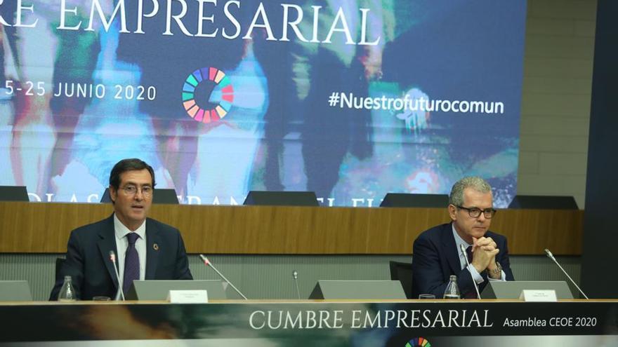 El presidente de la CEOE, Antonio Garamendi (i), junto al presidente de Inditex, Pablo Isla (d), en el cierre de la megacumbre organizada por la patronal.