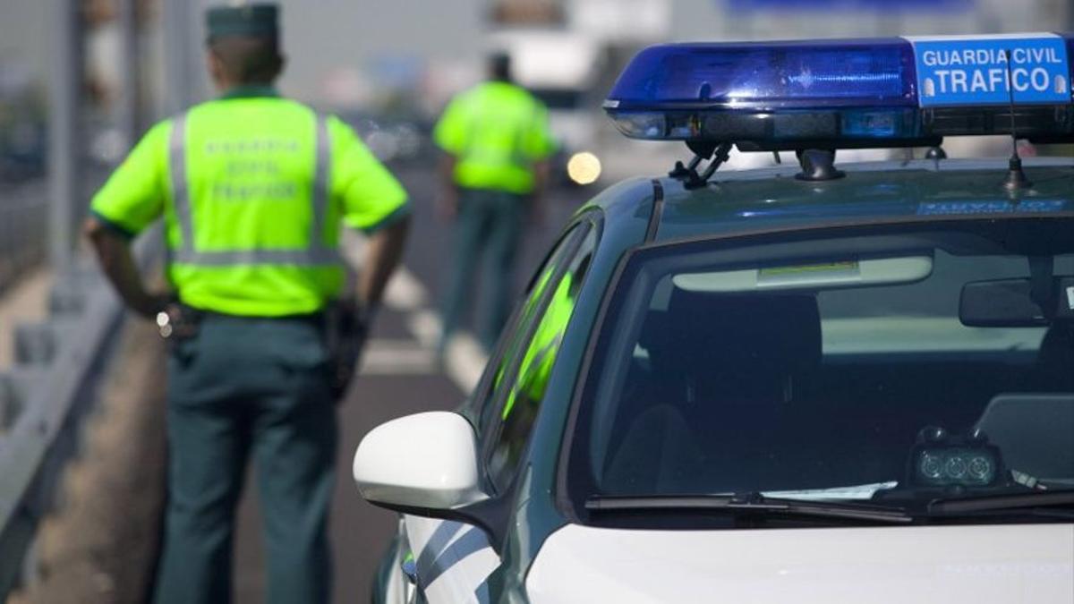 Agentes de la Guardia Civil de Tráfico durante un control rutinario de carretera