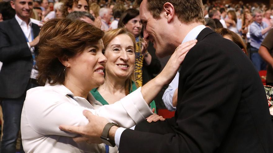 Sáenz de Santamaría y Casado se abrazan en el congreso de los populares.