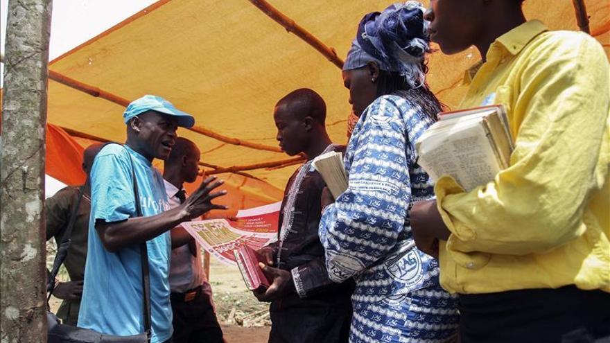 Los sanitarios contrajeron ébola entre veinte y treinta veces más que la población