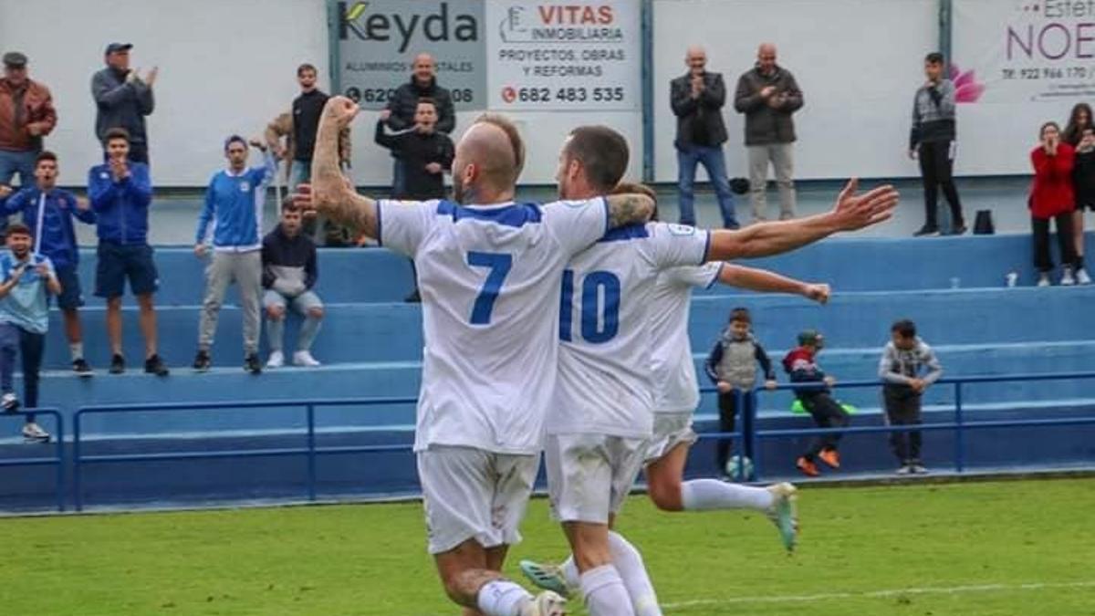 Dani López y Agoney celebran un gol