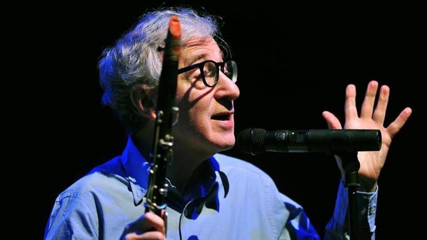 Miembros de plataformas ciudadanas protestan hoy por un concierto de Woody Allen