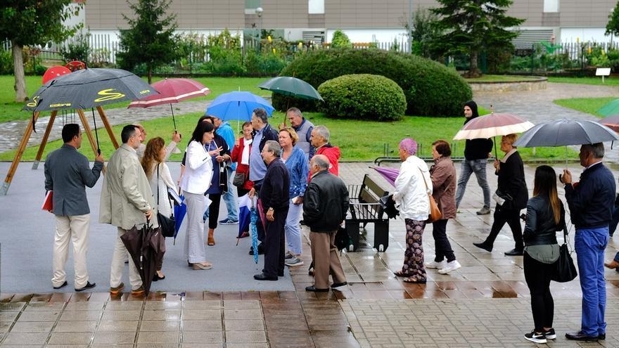 El Ayuntamiento invertirá casi 163.000 euros en cubrir dos zonas de juegos infantiles en El Alisal y Cueto