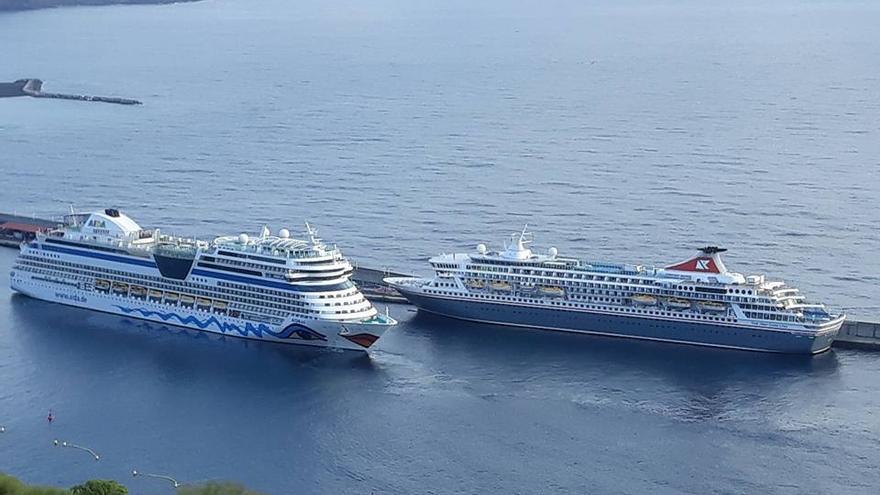 Los buques 'Aida Sol' y 'Balmoral', este viernes, en el Puerto de Santa Cruz de La Palma.