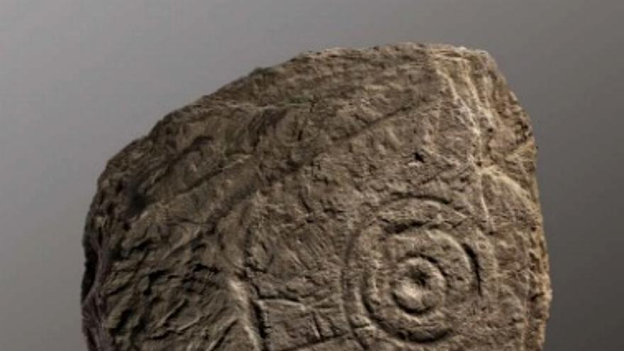 La pieza localizada en Cabeza del Buey es una estela de esquisto negro de 114x80x12 cm / Junta