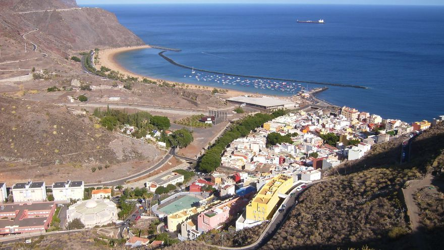 Imagen de la playa de Las Teresitas y parte de los polémicos terrenos.