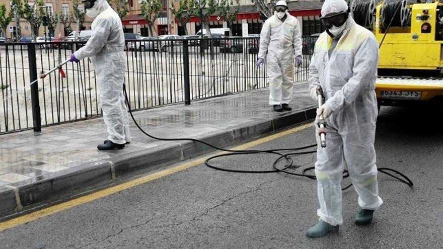 En equipo de limpieza desinfecta las calles de Murcia