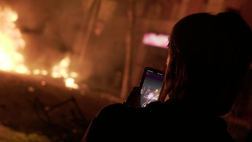 Una joven fotografía los fuegos en el centro de Barcelona