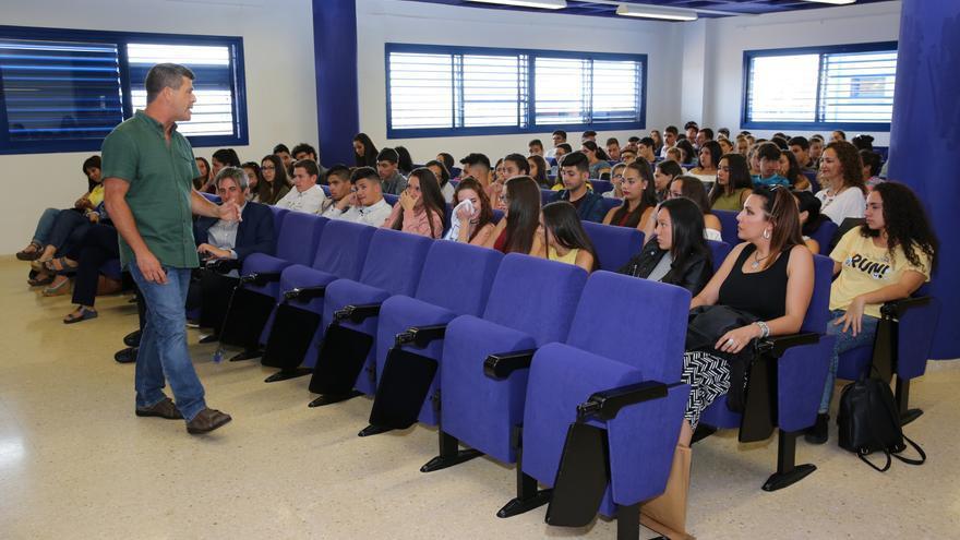 El dinamizador en Convivencia Escolar, Raúl Saavedra interviene en el encuentro de estudiantes