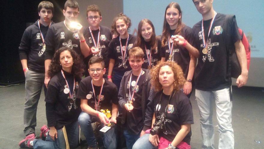 En la imagen, los alumnos del equipo 'MazoTronic 2.0' del IES de la Villa  y dos profesoras.