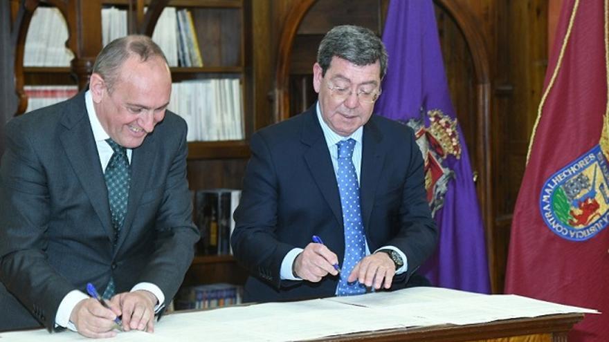 Ramiro González y César Rico, en la firma de los convenios sobre Treviño