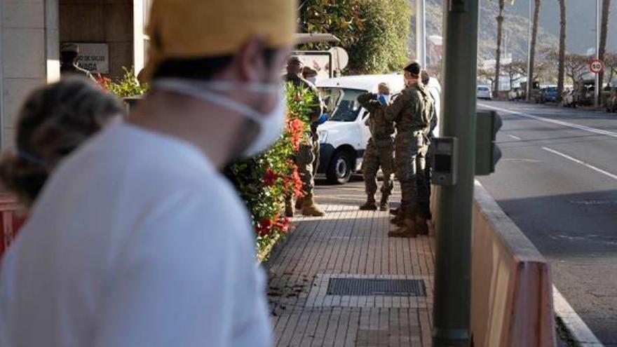 Efectivos del Ejército de Tierra realizan labores de desinfección  en el centro de salud de Anaga, en Santa Cruz de Tenerife. (EFE/ Miguel Barreto)
