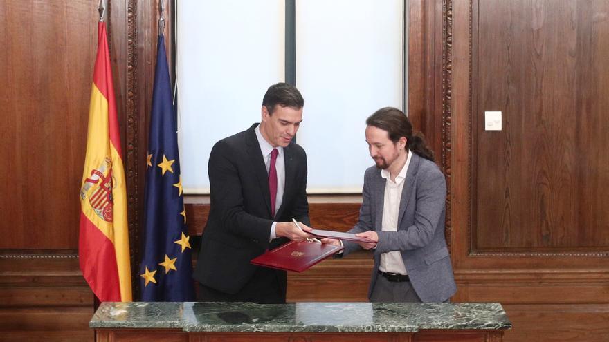 Pedro Sánchez y Pablo Iglesias tras firmar el acuerdo de Gobierno.