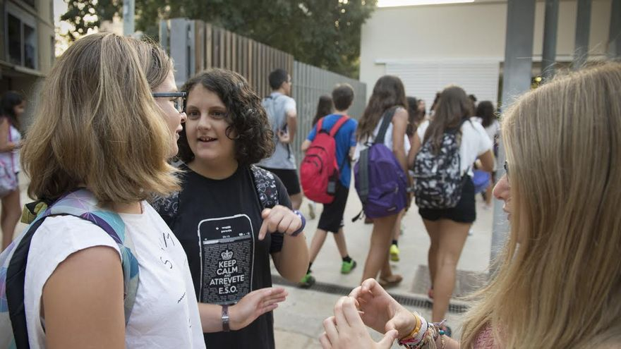 Alumnas a la entrada de un instituto de Barcelona
