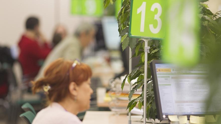 Una mujer en una oficina pública de empleo.