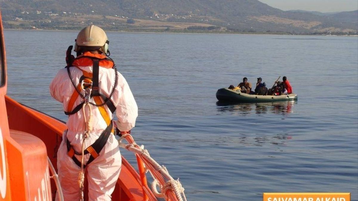 Migrantes rescatados en una embarcación neumática