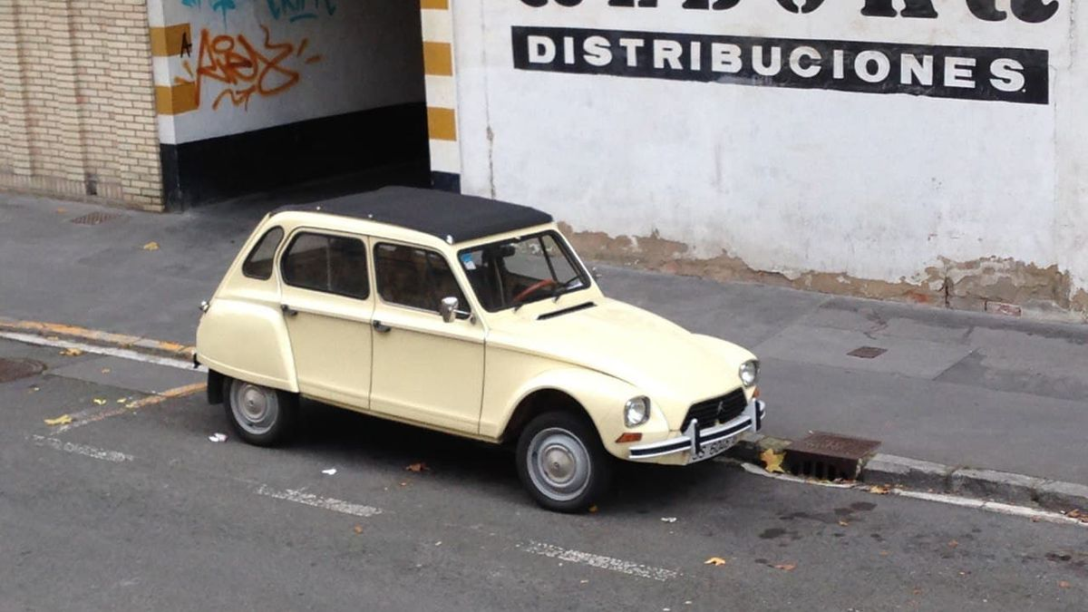 Un Citroën antiguo, en un barrio de Vitoria